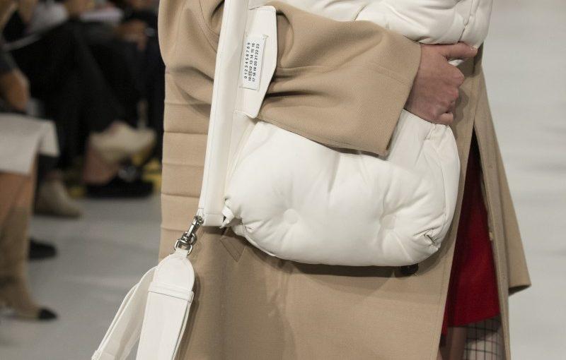 How to Buy <br> a Handbag